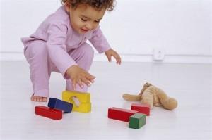 bambina-1-2-anni-gioca-costruzioni_600x398